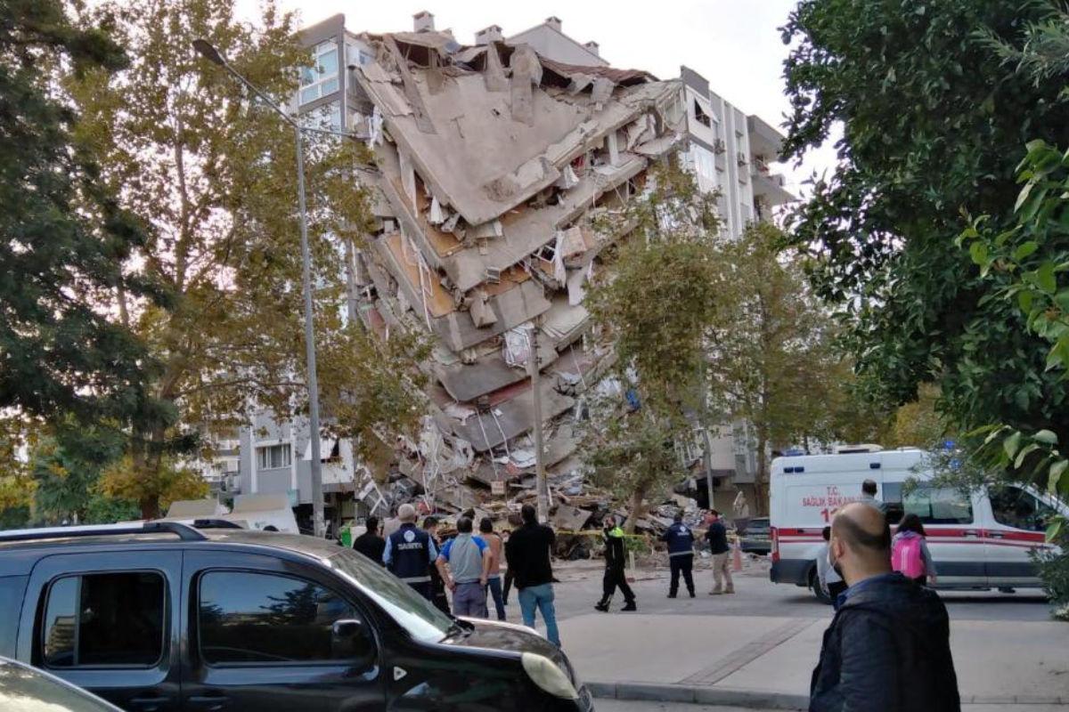 Földrengésben összedőlt épület a törökországi Izmirben | AZ1.HU