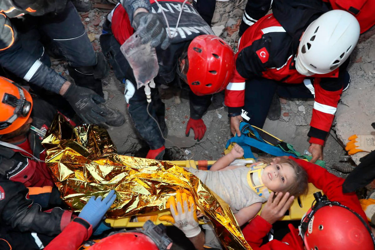 Élve emeltek ki egy kislányt a romok alól Izmirben   AZ1.HU
