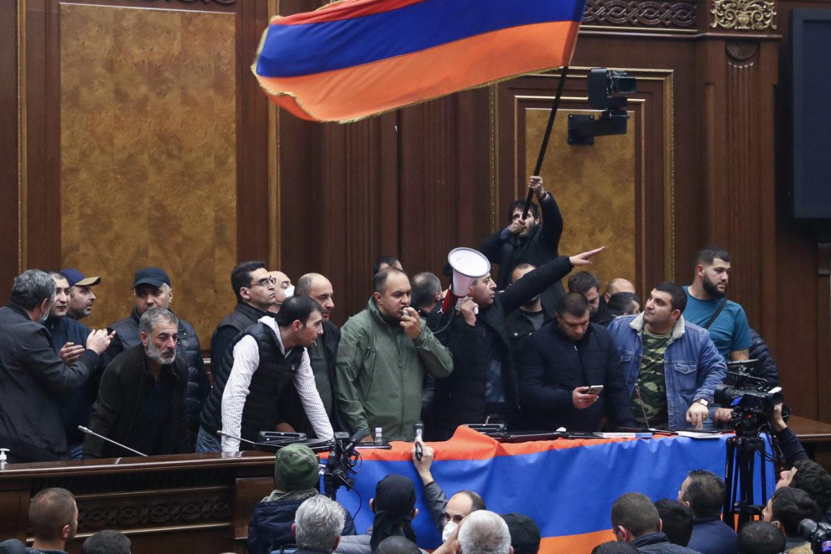 Örmény tüntetők a jereváni parlamentben | AZ1.HU